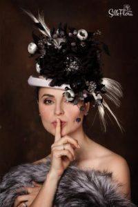 головной убор с украшение из шелковых цветов и перьев картинка