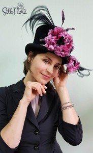 Анна Ушакова в шлятке с цветком из шелка от Полины Кузнецовой