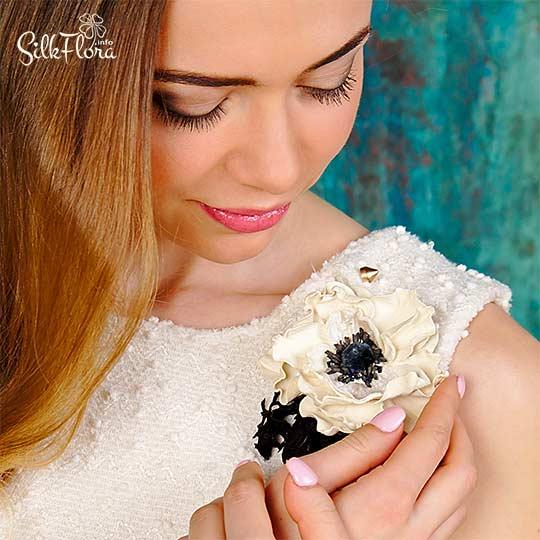 брошь с цветком анимона из кожи