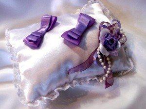 Подушка с фиалками из шелка