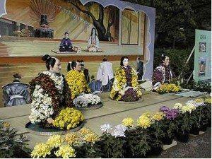Японская скульптура и хризантемы