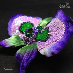 вышивка люневильским крючком на цветке из шелка картинка